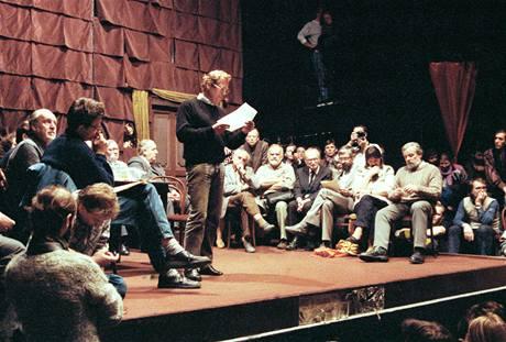 19. listopadu 1989,bylo v pražském Činoherním klubu založeno Občanské Fórum (OF)..