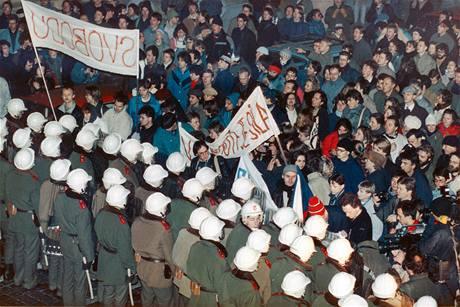 Kordon VB zablokoval dav na Národní třídě, z druhé strany na něj tlačily transportéry. Pak začalo brutální mlácení.