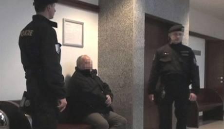 Policii se přihlásil hledaný muž, který prý zneužil a vydíral chlapce
