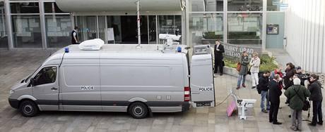 Policejní dodávka značky Mercedes Sprinter určená k monitorování demonstrací extremistů