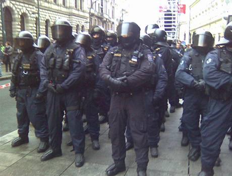 Policisté připraveni k zásahu proti shromáždění Dělnické strany