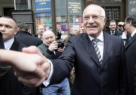 Václav Klaus podává ruku lidem na Národní třídě