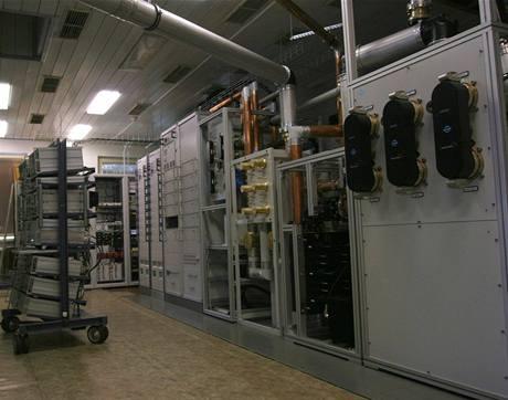 Buková hora - zařízení pro digitální vysílání všech televizí. Vpravo ty tři černé ovály jsou plastové kryt propojek kabelů vedoucích k anténě na vrcholu vysílače