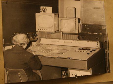 Buková hora - kontrolní pracoviště, kde dozor sledoval, zda diváci mají obraz. Fotografie pochází ze šedesátých let.