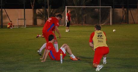 Fotbaloví reprezentanti při tréninku ve Spojených arabských emirátech