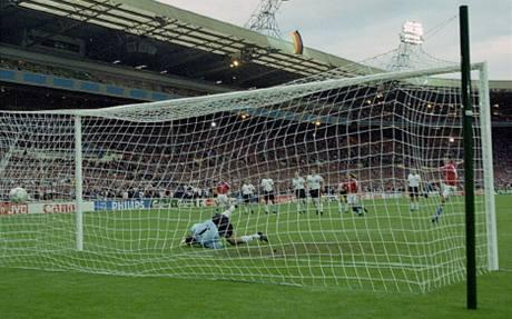 Euro 1996: Patrik Berger proměňuje penaltu ve finále