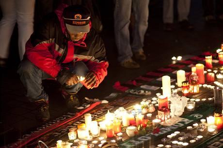Vzpomínka na Roberta Enkeho: fanoušek zapaluje svíčku
