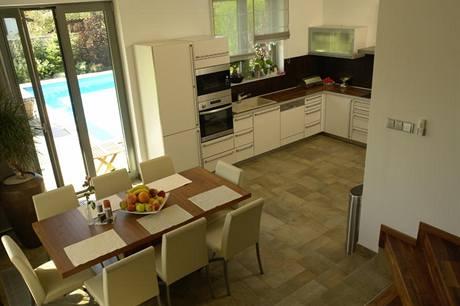 Ráz prostoru v přízemí udává dřevěná plovoucí podlaha s výraznou kresbou amerického ořechu