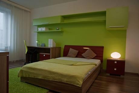 Dětskému pokoji dominuje zelená barva a velké lůžko