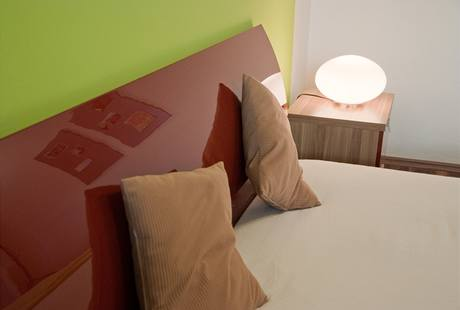 Zaoblená čela postele nabídnou opěru zad třeba při čtení