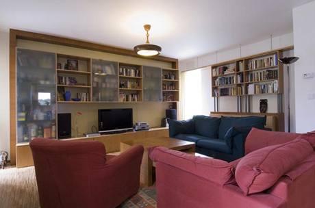 Zařízení obývacího pokoje bylo vyrobeno podle návrhu architekta Smoly