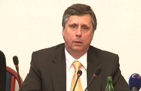 Šest měsíců v čele vlády znamenalo pro Jana Fischera i raketový vzestup jeho popularity.