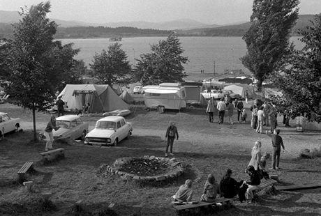 Lipno, 1973. V kempech u československých přehrad se v létě potkávali snad všichni