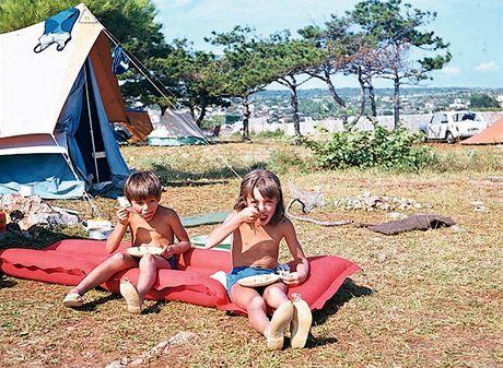 Jugoslávie, ostrov Krk, 1969. Jídlo se vozilo z domova, ale dětem se vždycky na místě dopřávaly melouny, broskve a zmrzliny