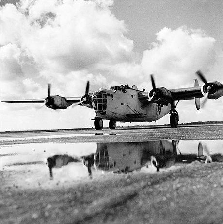 Nejznámější fotografie Ladislava Sitenského z 2. světové války zobrazuje bombardér Liberator u 311. perutě v Beaulieu v roce 1943.