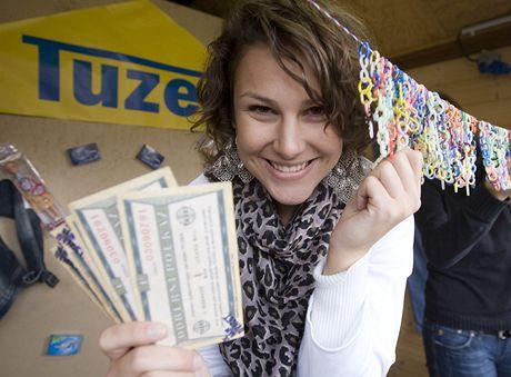 Za bony se dalo na Staroměstském náměstí nakoupit i v Tuzexu. Třeba oblíbená