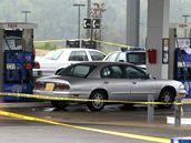 Jednou z obětí washingtonského odstřelovače byl i muž tankující palivo u benzinové stanice. (11. října 2002)