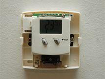 Tělo termostatu může být uchyceno vruty do hmoždinek nebo instalační krabice
