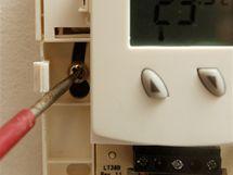 Odšroubujte termostat ze stěny