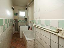 Poškozená koupelna, kde se také malovalo