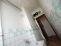 Poškozená koupelna, pohled od okna