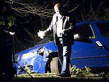 Kriminalisté prohlížejí okolí automobilu, ve kterém policie v Hajanech dopadla uprchlého vězně Pavla Tauchena a jeho manželku. (12. listopadu 2009)
