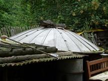Pozůstatek starého vysílače na jedné zahradě v okolí vysílače