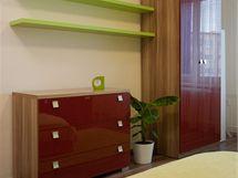 Zazděním dveří vzniklo dost místa na šatní skříň a komodu vedle sebe