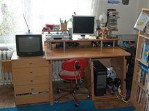 Pracovní stůl desetiletého školáka se neobejde bez počítače
