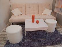 Stolek a taburety jsou záměrně menší, aby se při rozkládání lůžka snadno přenášely