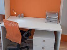 S oranžovou stěnou je sladěná i pracovní židle