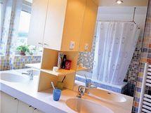 V koupelně se osvědčila sestava skříněk z lakovaných MDF desek