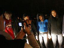 Příbuzní odstřelovače Muhammada před nápravným zařízením. Za jeho zdmi právě popravčí vpichuje vrahovi smrtíci roztok (11. listopadu 2009)