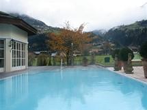Rakousko. Naložit se do vířivky přímo pod kopcem – co lepšího si přát?