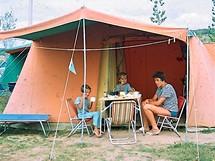 Kempování v 70. letech. Češi mívali skromné stany, maximálně s jednou či dvama ložnicemi. Němcům jsme záviděli obrovské stanové apartmány, přilepené k přívěsům.