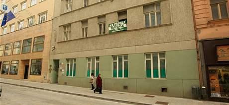 Dům plný doktorů na Běhounské ulici je neočekávaně na prodej