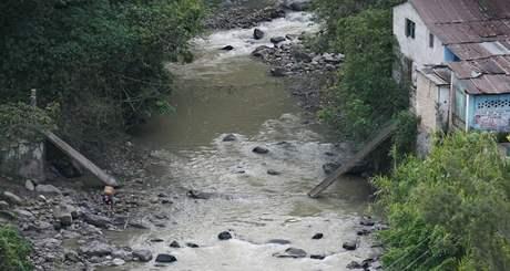 Jeden ze stržených mostů na kolumbijsko-venezuelské hranici (20. 11. 2009)