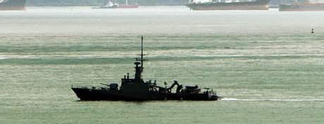 Loď singapurského námořnictva vyplouvá nedaleko ostrova Batam na pomoc potopenému trajektu (22. 11. 2009)