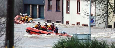 Záchranáři evakuují v Cumbrii obyvatele zaplaveného města Cockermouth (20. listopadu 2009)