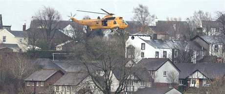 Helikoptéry RAF evakuují v Cumbrii obyvatele zaplaveného města Cockermouth (20. listopadu 2009)