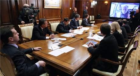 Ruský prezident Dmitrij Medveděv svolal kvůli vlakovému neštěstí mimořádnou schůzku. (28. listopadu 2009)