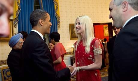 Snímek, který zveřejnil Bílý dům, zachycuje prezidenta Baracka Obamu s Michaele a Tareqem Salahiovými. Přihlíží indický premiér Manmohan Singh. (24. listopadu 2009)