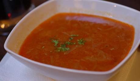 Restaurace Zlatá muška - zelná polévka s klobásou