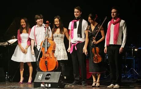 Tata Bojs zahájili podzimní turné 2009 s Ahn Triem v Pardubicích