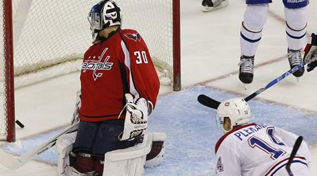 Tom� Plekanec z Montrealu Canadiens p�ekon�v� sv�ho krajana v brance Washingtonu Capitals Michala Neuvirtha.