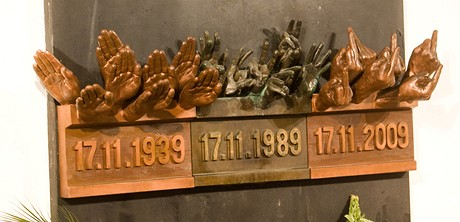 A co tam bude v roce 2029? Takto památník na pražské Národní třídě ironizoval v listopadu 2009 výtvarník Týc.