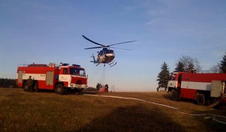 Hasiči zasahují u požáru lesa na Štěchovicku. (29. listopadu 2009)