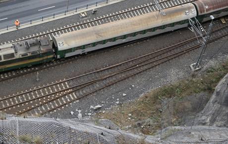 Kamení popadané na koleje pod Mariánskou skálou.