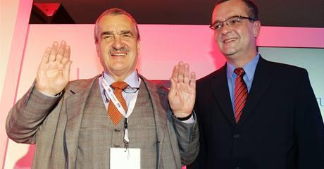 Karel Schwarzenberg a Miloslav Kalousek na ustavujícím sněmu TOP 09 (27.11.2009)