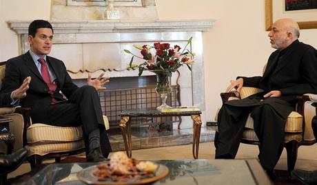 Britský šéf diplomacie David Miliband s afghánským prezidentem Hamídem Karzáím (21. 11. 2009)